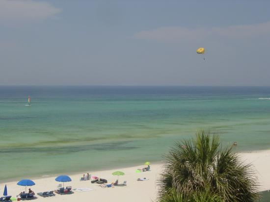 Palmetto Inn & Suites: Parasailing in front of room