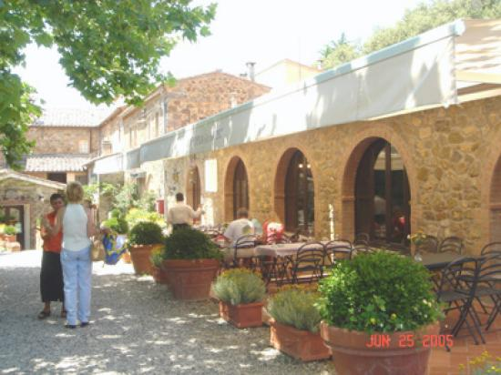Montalcino, Italien: Frattoria del Barbi - outside