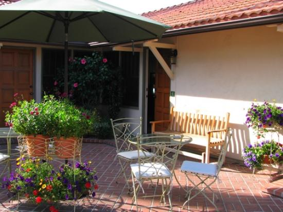 Harbor House Inn: Patio out front