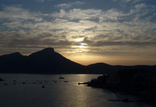 Sant Elm, İspanya: Sunset over Dragonera Island from Hotel Aquamarin balcony