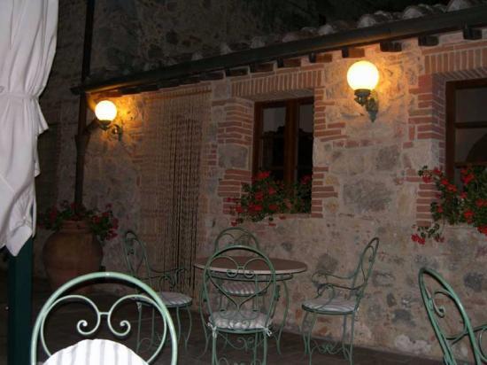 Hotel Monteriggioni: vista interna - zona giardino