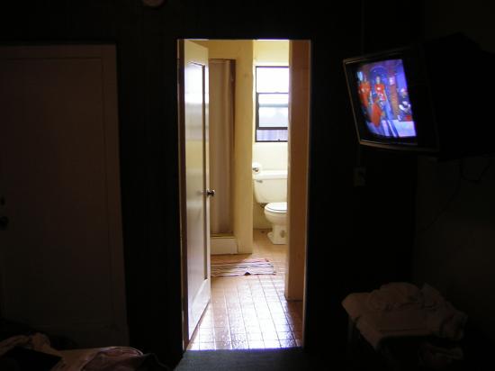Monterey Oceanside Inn: Blick zum Badezimmer