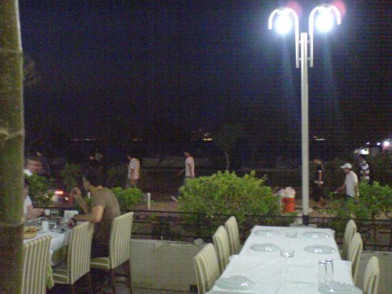 Wyndham Grand Izmir Ozdilek:  Blick auf den Steg von einem Restaurant aus