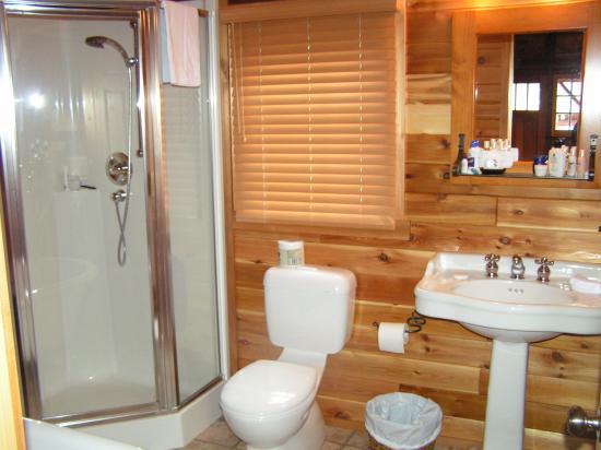 Paradise Lodge & Bungalows: large bathroom