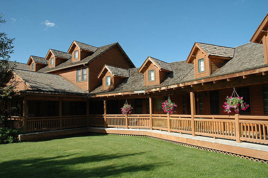 Chico Hot Springs Resort: The beautiful lower lodge, side away from the corrals