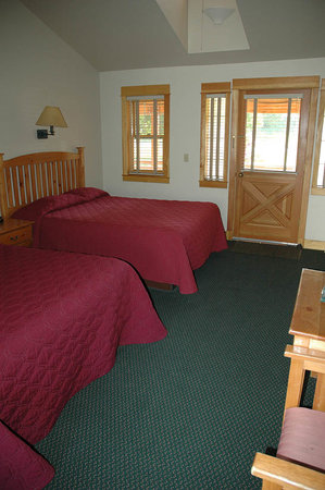 Chico Hot Springs Resort: Our double queen room, Lower Lodge