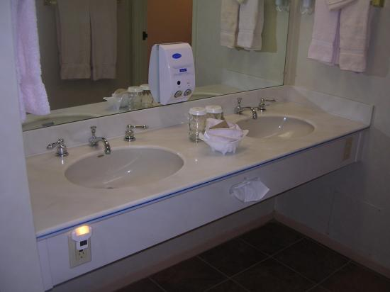 456 Embarcadero Inn & Suites: double sink for a 1 king bed sized room?