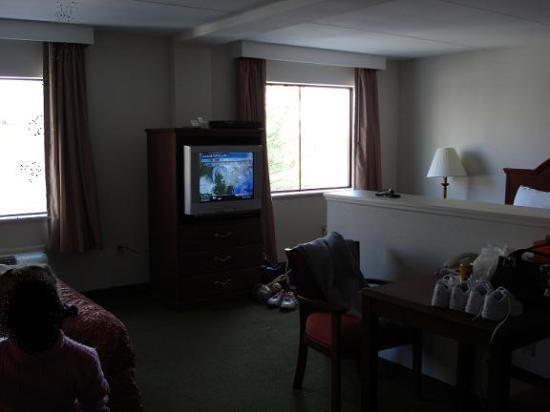 Days Inn & Suites Laurel Near Fort Meade: another view with nice big windows