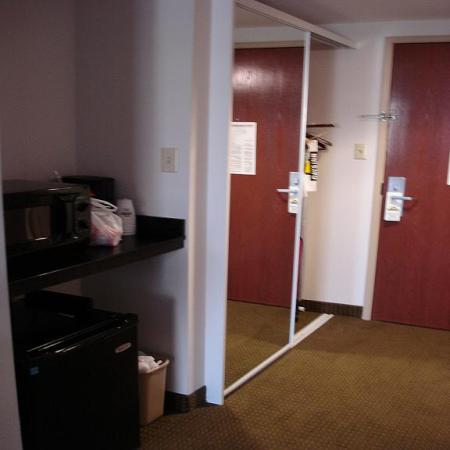 Days Inn & Suites Laurel Near Fort Meade: Fridge, microwave, double mirror closet doors w/safe