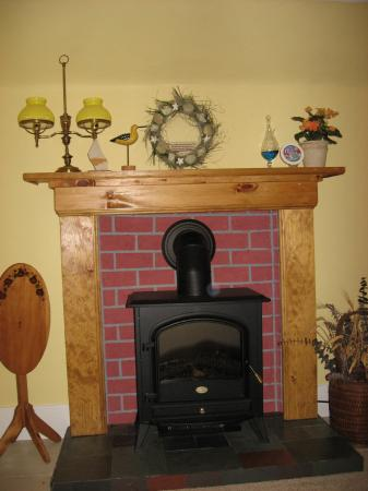 Crook Jaw Inn: Fireplace in the Sea Breeze