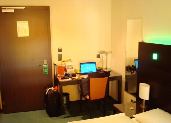 Fleming's Hotel Zuerich: Desk