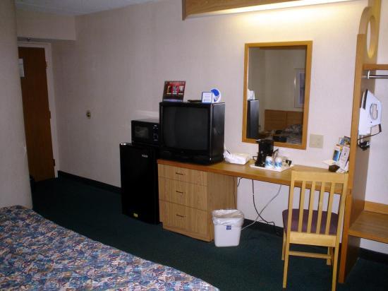 Sleep Inn Airport: room view 2