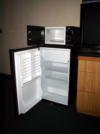 Sleep Inn Airport: fridge and microwave