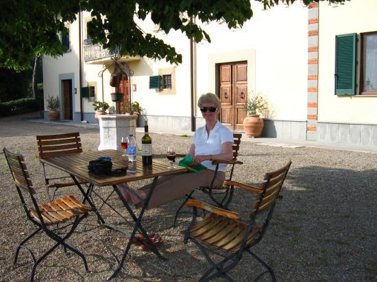 Villa Cilnia: Wine on the terrace