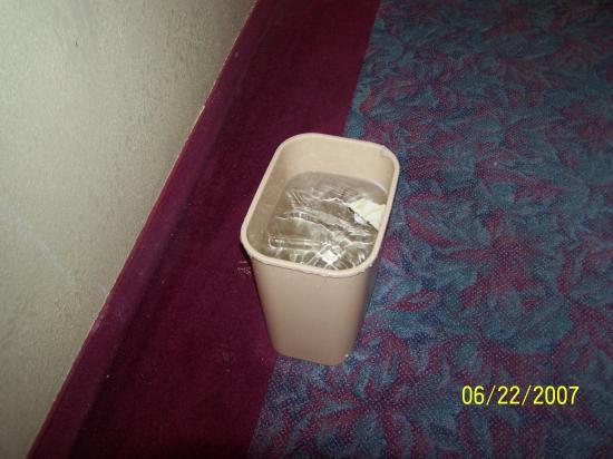 Days Inn Joplin: Bucket of water beneath dripping ceiling