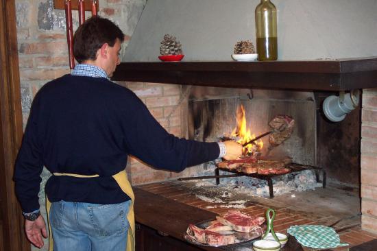 Villa di Sotto: Our host grilling bistecca fiorentina. Magnifico