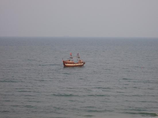 Dolphin Inn: Pirate Ship Viewed from Room