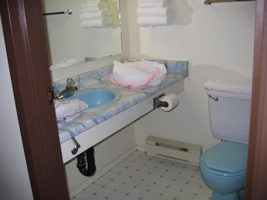North Shore Inn: Bathroom [blue/white motif]