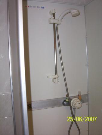 Creffield Lodge: Shower