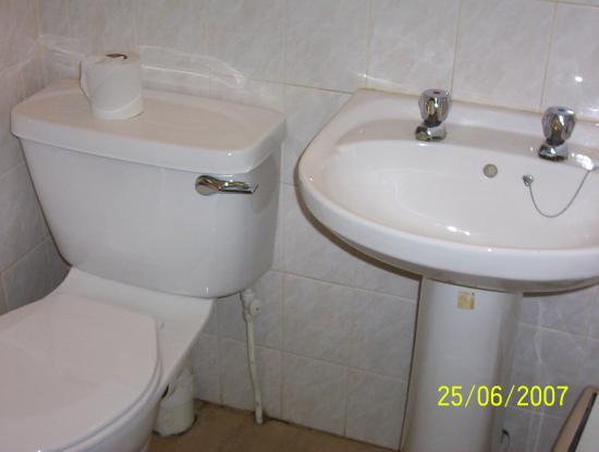 Creffield Lodge: Toilet and wash basin