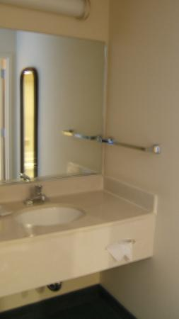 SpringHill Suites Phoenix Downtown: Sink area outside bathroom