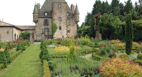 Saint Georges de Mons, France : Vue du chateau depuis le jardin