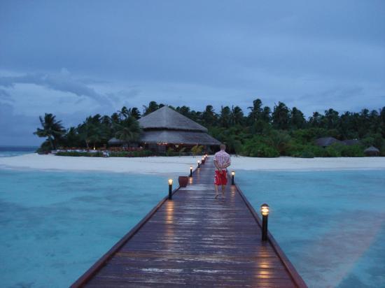 Filitheyo Island Resort: pasarela que va desde los overwaters a la isla