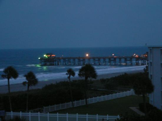 Discovery Beach Resort: The Pier at night