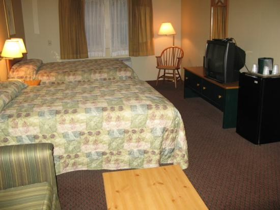 Comfort Suites Near Casinos: TV and fridge