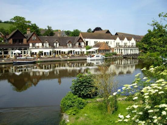 The Swan at Streatley Hotel: The Swan from Bridge