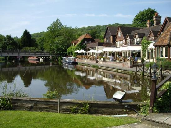 The Swan at Streatley Hotel: The Swan from the Grounds