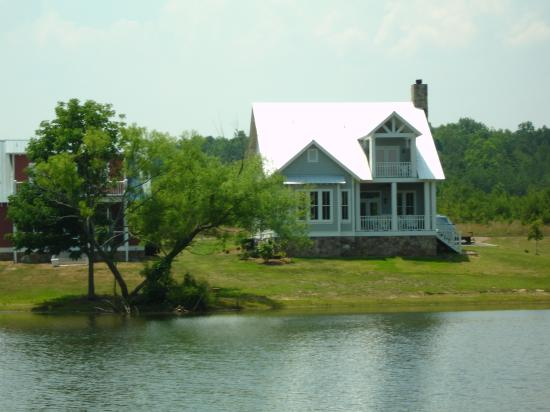 The Lodge at Gorham's Bluff: View of Mayors Cottage from across the pond