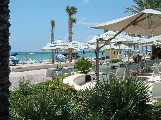 Hollywood Beach Marriott: Outdoor seating to eat