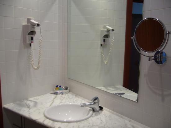 Hotel Arrahona: Bathroom