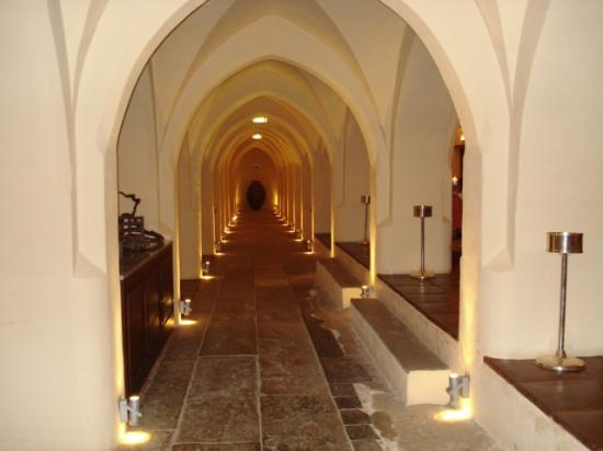 Convento do Espinheiro, A Luxury Collection Hotel & Spa: Dining room in the cellars