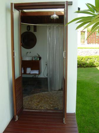 Aleenta Resort Pranburi: outdoor entrance to bathroom - pool bungalow