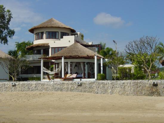 Aleenta Hua Hin Resort & Spa : Aleenta from beach