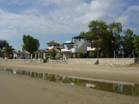 Aleenta Hua Hin Resort & Spa : Aleenta from beach