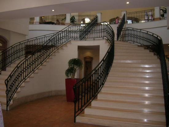 The Westin Dragonara Resort, Malta: Stairs up to lobby