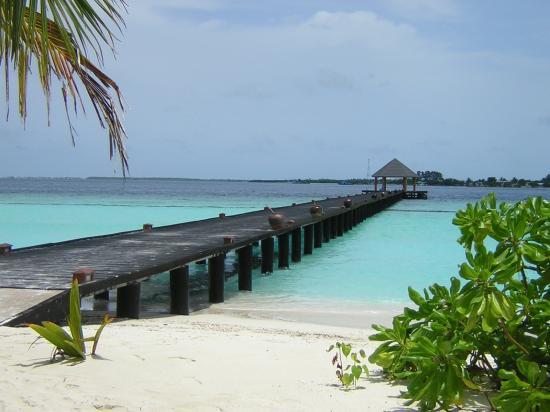 Komandoo Maldives Island Resort: Walk from restaurant back to WV