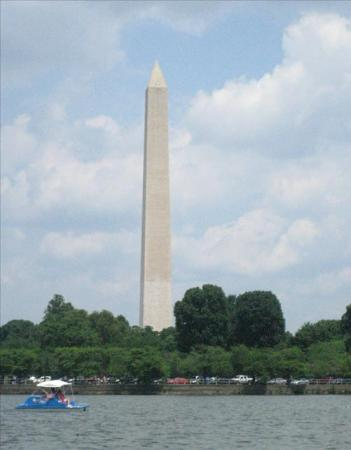 Tidal Basin: another paddle boat in front of the washington monument
