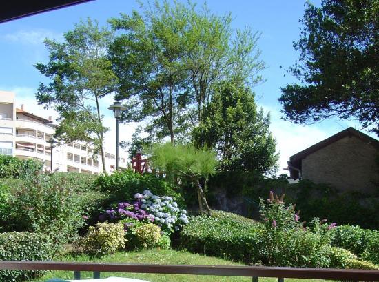 Residence Biarritz Ocean: garden view from balcony