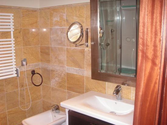 Apartamentos Turísticos Edificio Santiago: Baño (en el espejo se ve algo de la ducha con spa)
