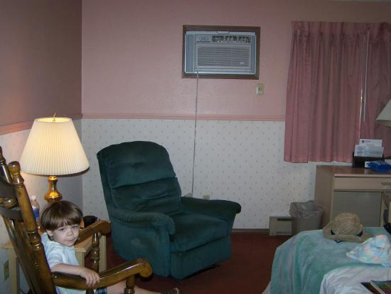 CarlinVilla Motel: our room after we'd slept in it