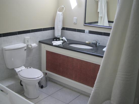 Bantry Bay Suite Hotel: Bathroom