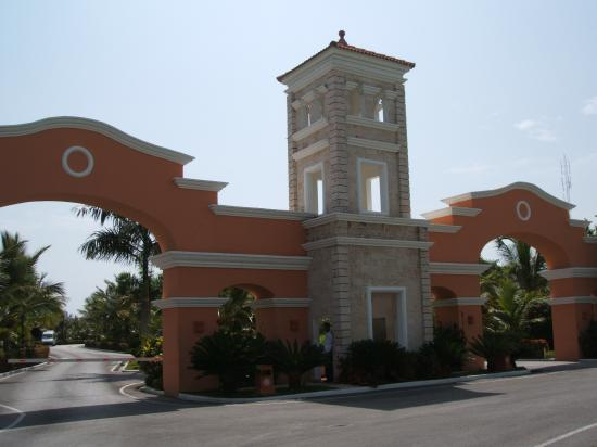 Grand Bahia Principe Bavaro: Entrance to Resort
