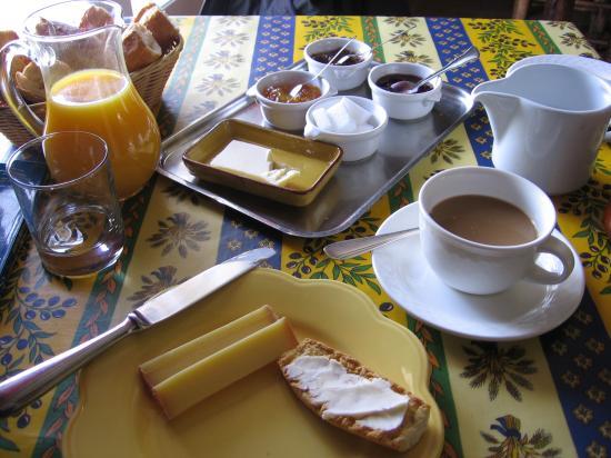 Les Jardins de la Livree: Daily breakfast