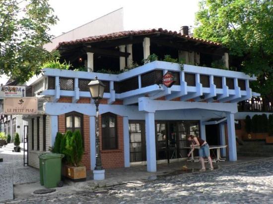 Hotel Le Petit Piaf: Restaurant in front of Hotel Petit Piaf on Skandarska Street