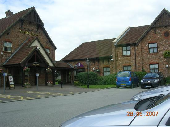 Premier Inn Manchester (Denton) Hotel: Restaurant and Hotel entrance side by side