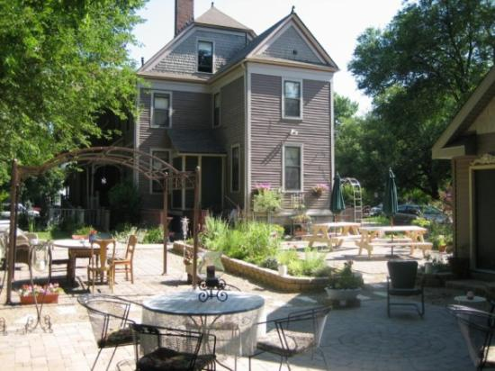 Innisfree Bed and Breakfast: Backyard garden, very serene, welcoming and relaxing!
